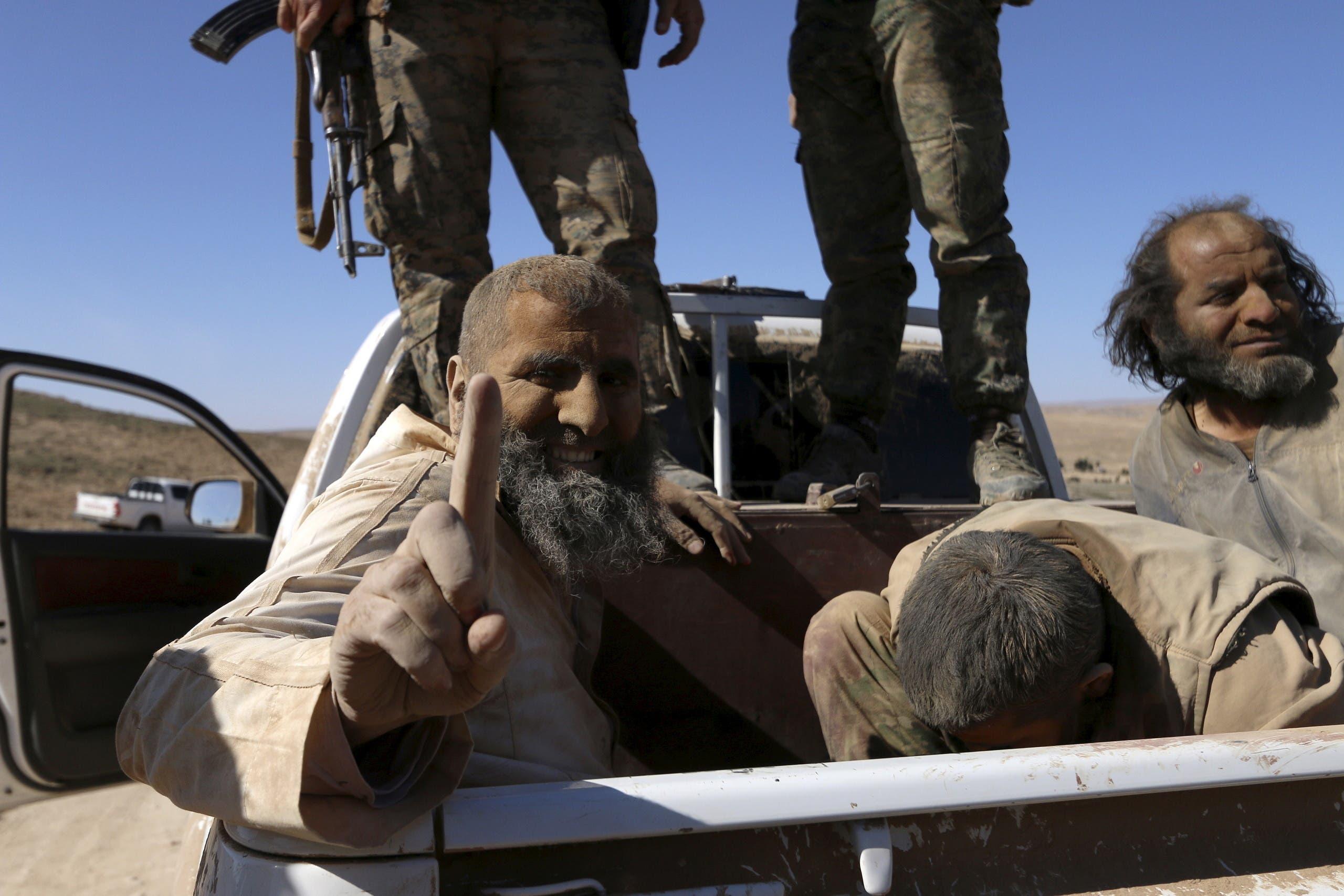 عناصر من داعش اعتقلتهم قوات سوريا الديمقراطية قرب الشدادي  (أرشيفية)