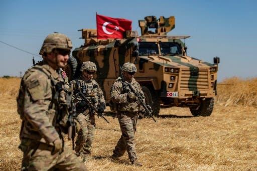 جنود أميركيون يسيرون بمحاذاة آلية تركية في سوريا (8 سبتمبر 2019- فرانس برس