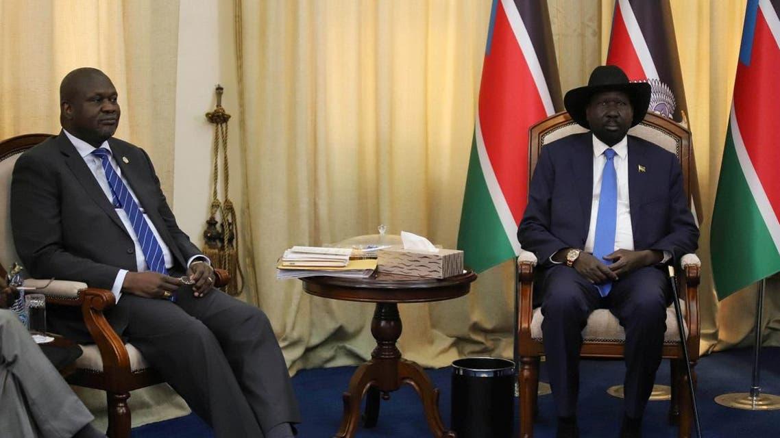 South Sudan's President Salva Kiir Mayardit sits with ex-vice president and former rebel leader Riek Machar before their meeting in Juba. (Reuters)