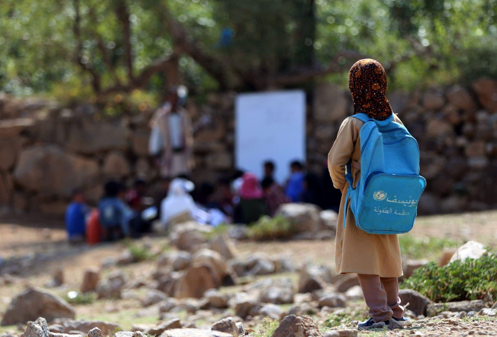 تلاميذ يتلقون تعليمهم في أحد الحقول (فرانس برس)