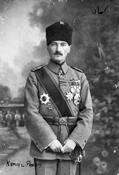 صورة لأتاتورك وهو بالزي العسكري