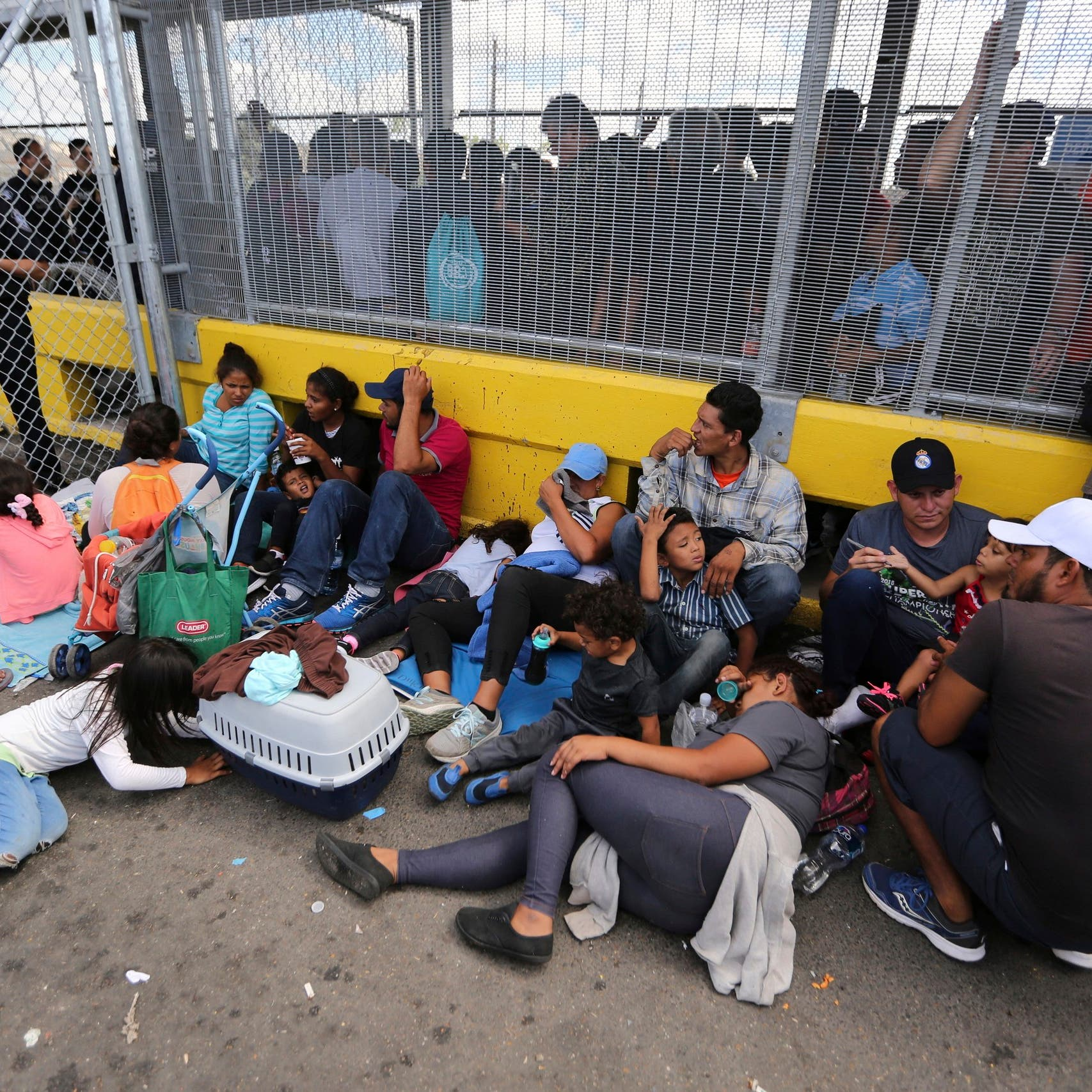 مهاجرون يغلقون معبراً حدودياً بين الولايات المتحدة والمكسيك