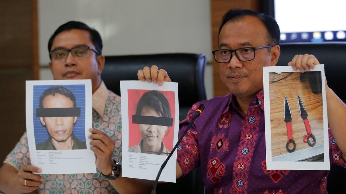 الشرطة تعرض صور المتهمين وأداة الجريمة