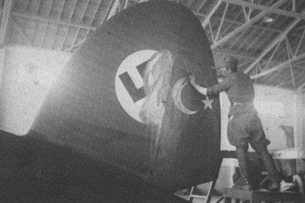صورة لعملية تغيير الشعار النازي بالعلم التركي على جناح احدى الطائرات التي اشتراها الأتراك من الألمان