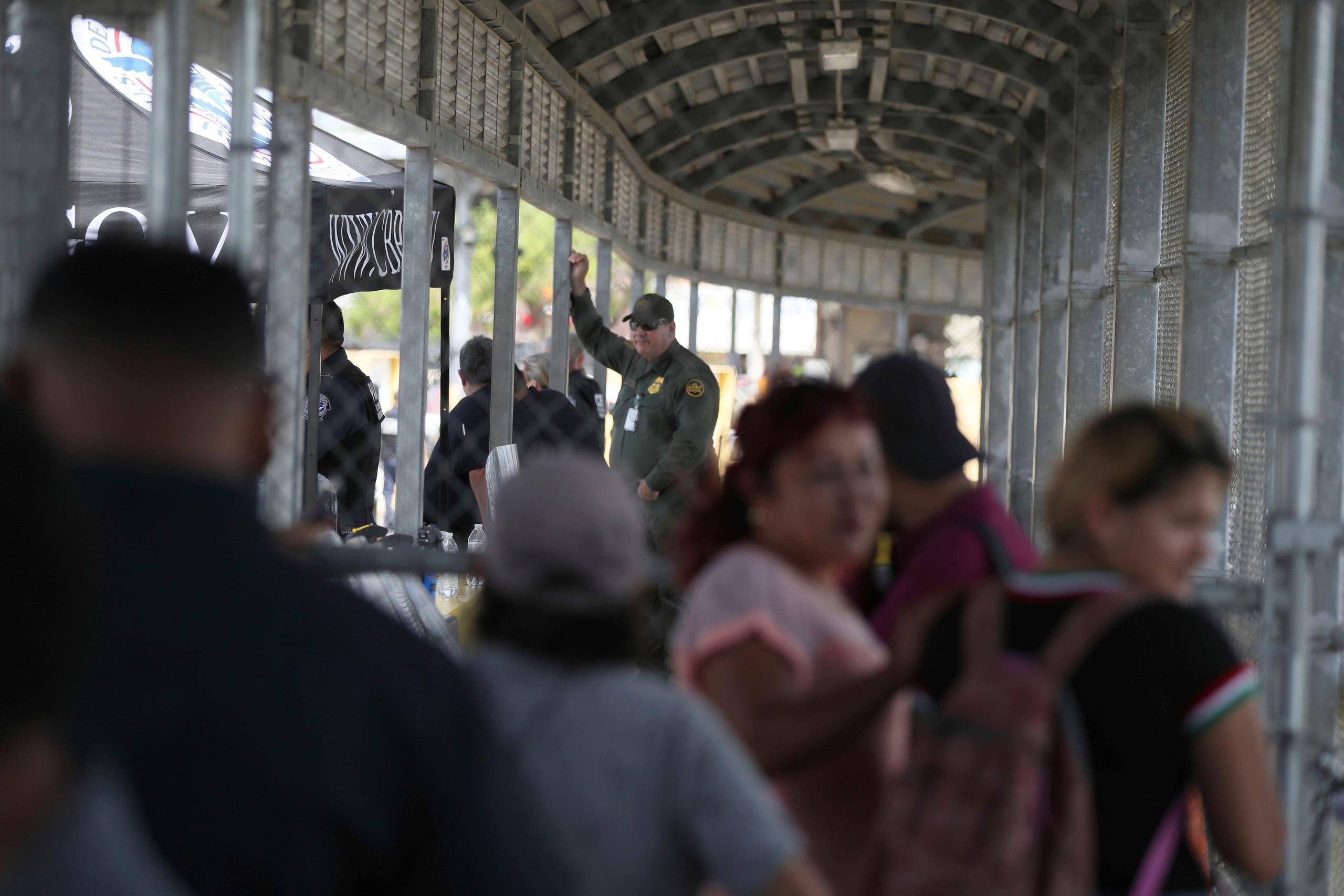 المهاجرون على الجسر الذي يربط المكسيك بالولايات المتحدة