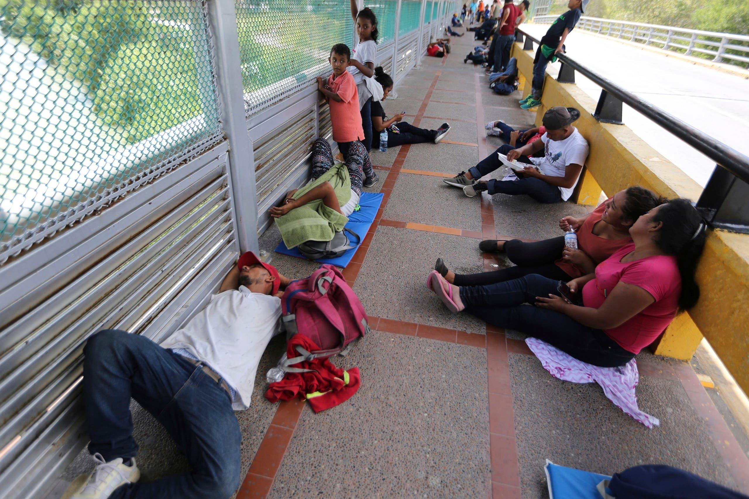 المهاجرون الذين افترشوا الجسر احتجاجاً على عدم قبول طلباتهم في الولايات المتحدة