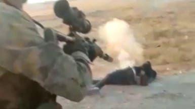 فيديو.. مقاتلون موالون لتركيا يفرغون رصاصهم في 9 مدنيين