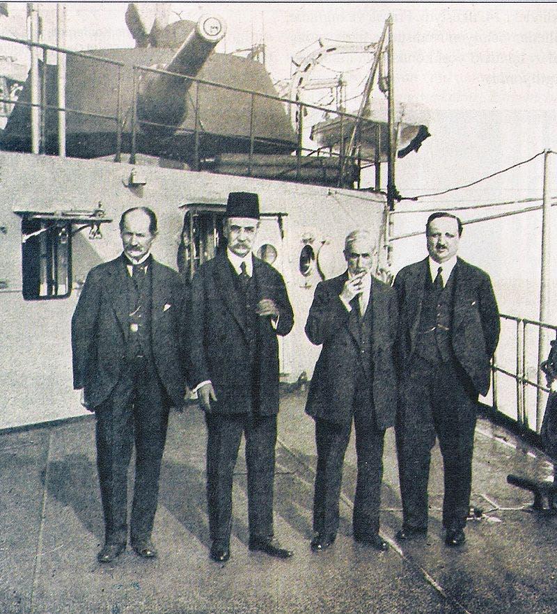 صورة لعدد من أعضاء الوفد العثماني الموقع على اتفاقية سيفر