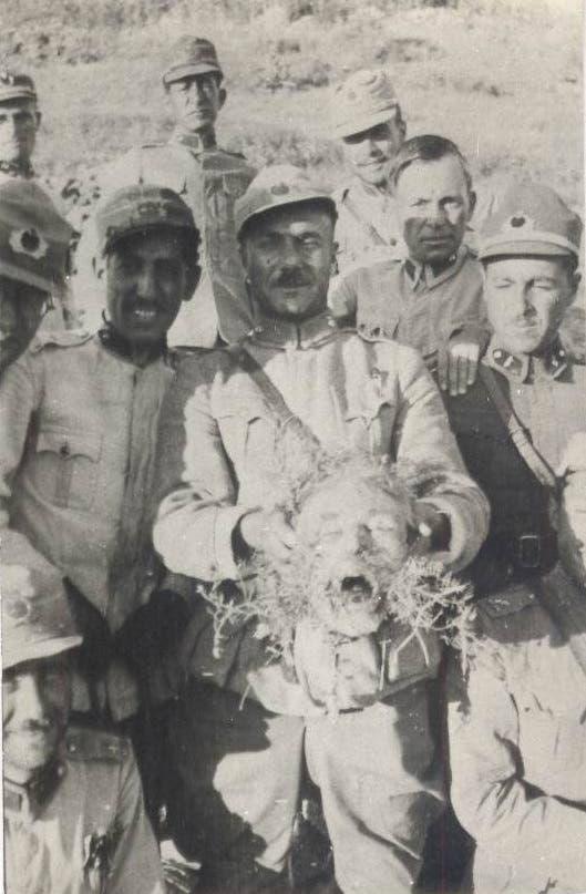 جنود أتراك وهم يرفعون رأس رجل كردي خلال ثورة درسيم بالثلاثينيات