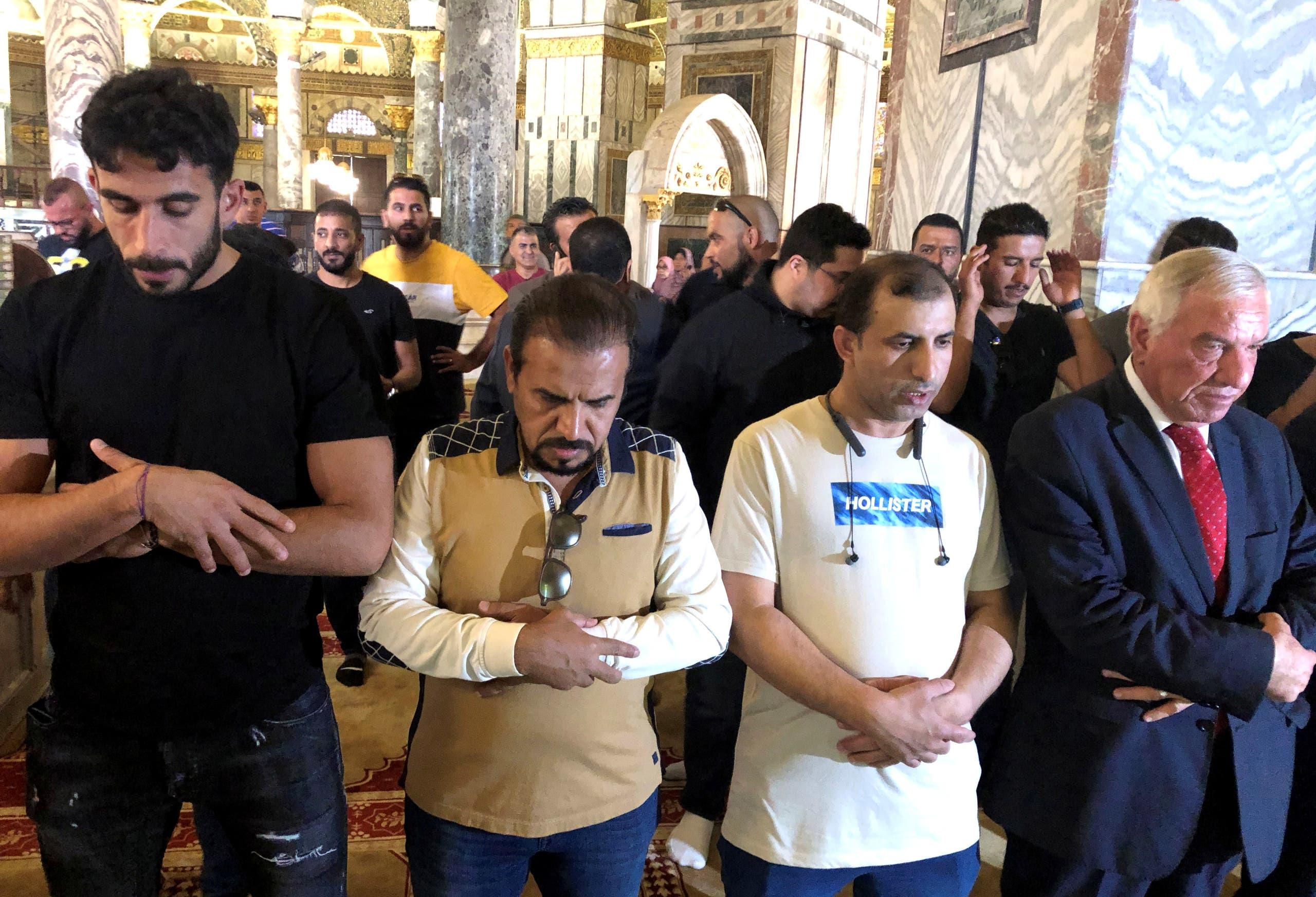 لاعبو كرة قدم سعوديون يؤدون الصلاة في المسجد الأقصى بالقدس - رويترز.