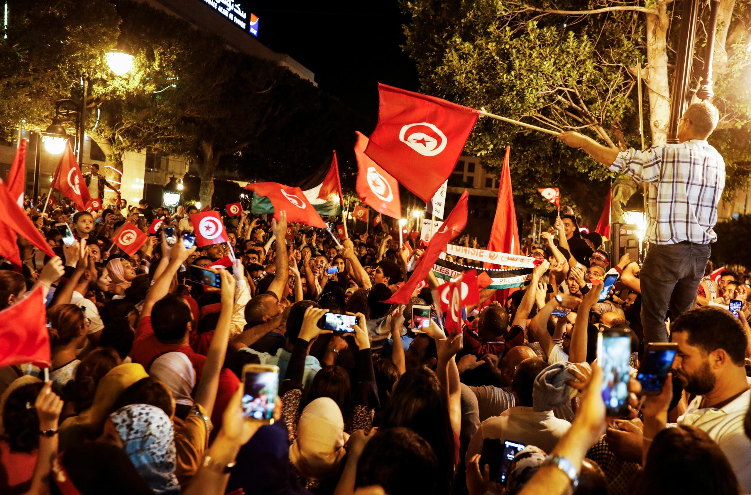 احتفالات في شوارع تونس بعد النتائج الأولية للانخابات الرئاسية