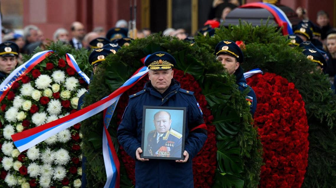 Russian servicemen carry the coffin of late Soviet cosmonaut Alexei Leonov during a funeral ceremony at a military cemetery in Mytishchi, outside Moscow, on October 15, 2019. (AFP)