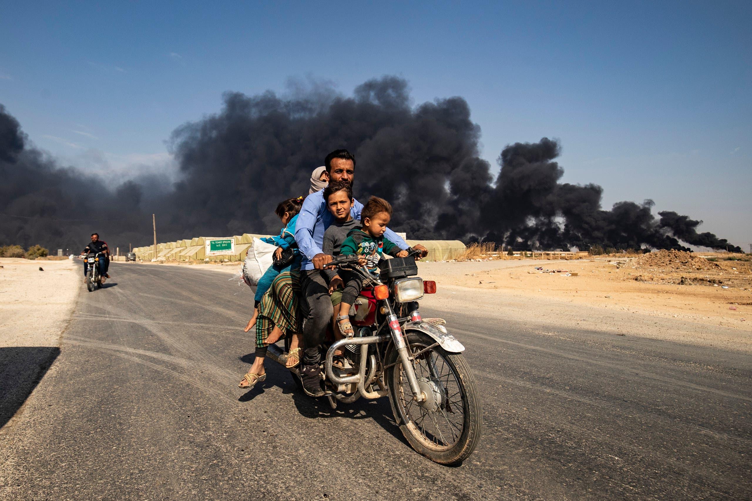 أسرة تفر من بلدة رأس العين السورية