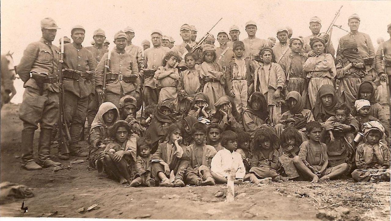 صورة لجنود أتراك التقطوا صورة رفقة عدد من أكراد درسيم قبل إعدامهم