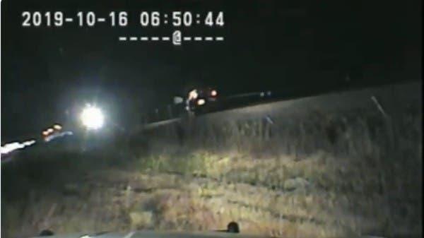 شاهد.. شرطي يسحب سائقاً من سيارته قبل أن يسحقها قطار بثوانٍ