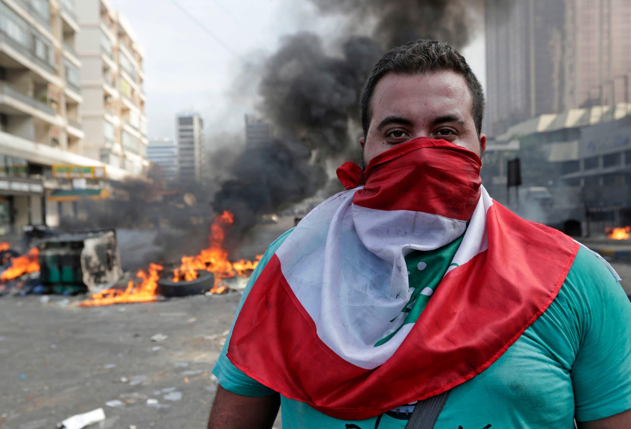 متظاهر في بيروت (18 أكتوبر- فرانس برس)