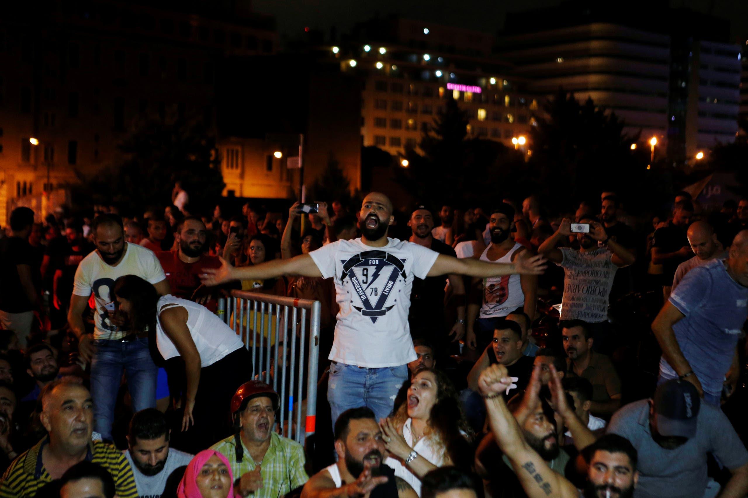 تظاهرات وسط بيروت (17 أكتوبر رويترز)