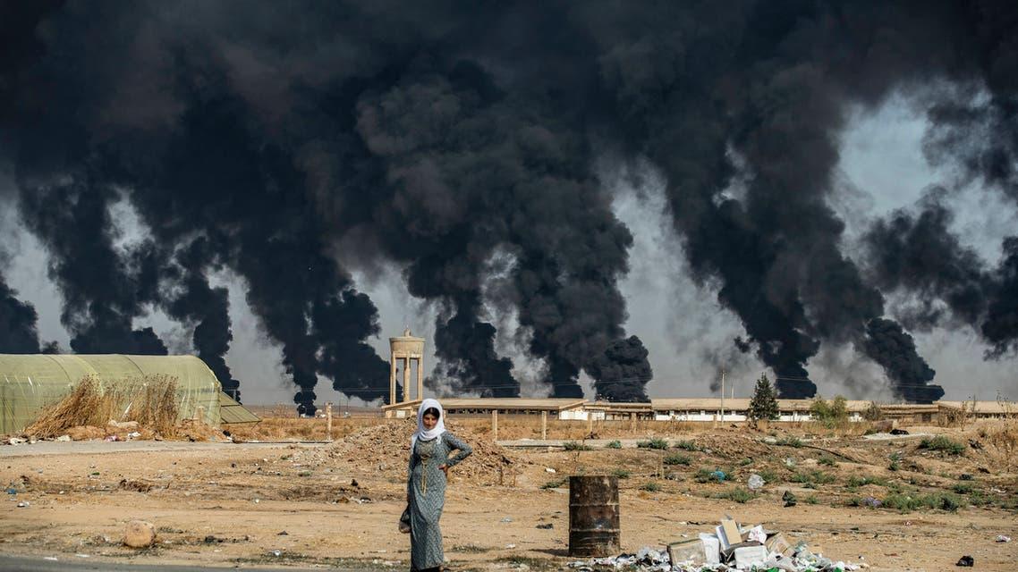 امرأة تقف بمحيط تل تمر بالقرب من مدينة رأس العين شمال سوريا(16 اكتوبر فران برس)