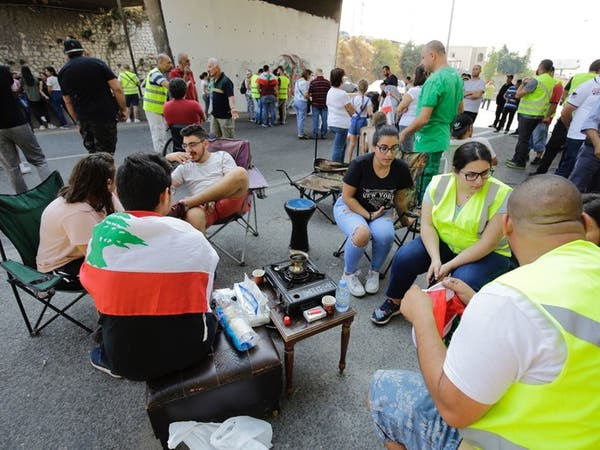 بالصور.. اللبنانيون يعتصمون على طريقتهم