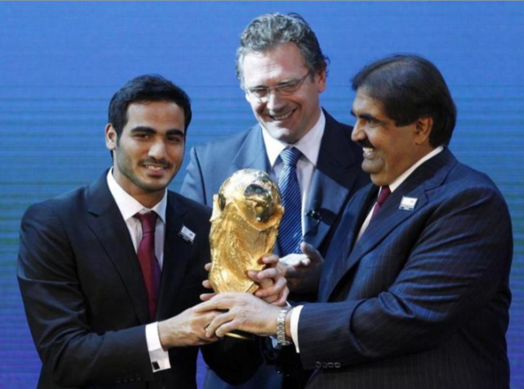 جيروم فالكه (في المنتصف) مع أمير قطر في ذلك الوقت حمد آل ثاني (يمين) عند الإعلان عن إسناد تنظيم كأس العالم 2022 في الثاني من ديسمبر 2010، في مقر الفيفا في زيورخ