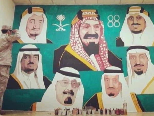 """فنان سعودي يحول سطح منزله إلى """"مرسم"""".. وهذه قصته"""