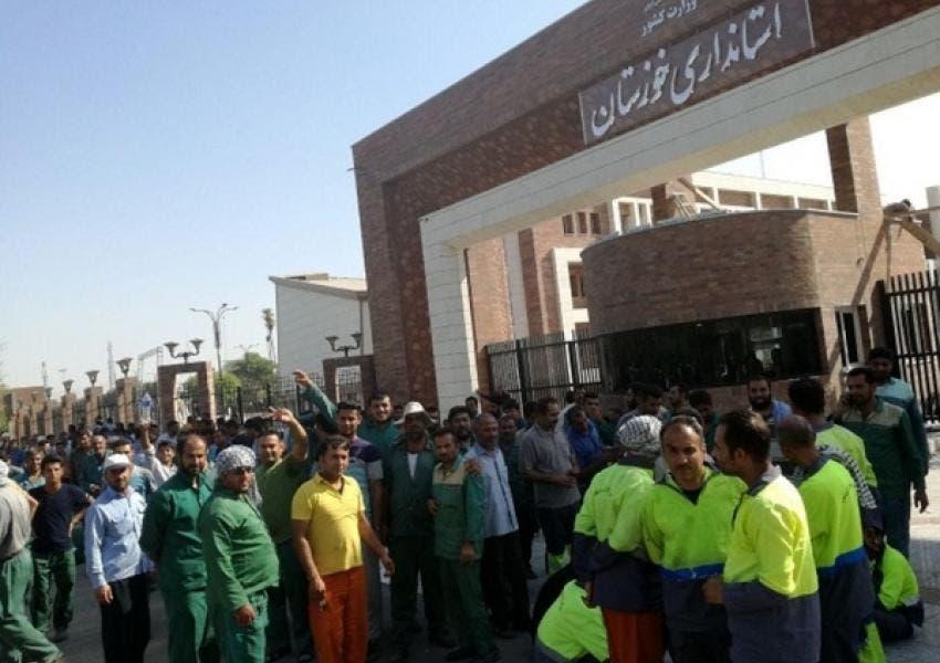 عمال البلدية في الأهواز أثناء الاحتجاجات