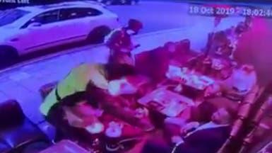 شاهد.. اعتداء مفزع بالسكاكين على سعوديين في مقهى لندني