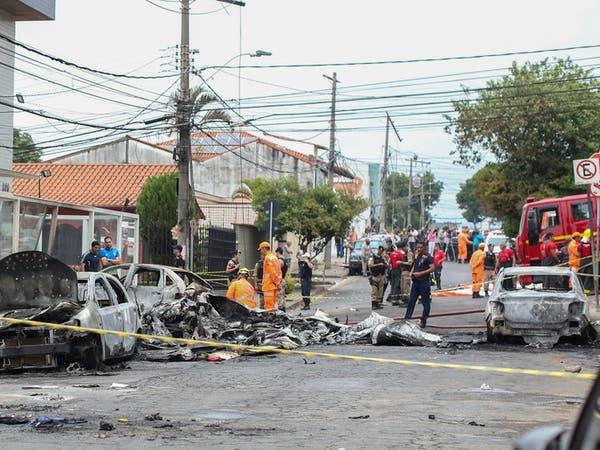 بعد اصطدامها بثلاث سيارات.. تحطم طائرة برازيلية