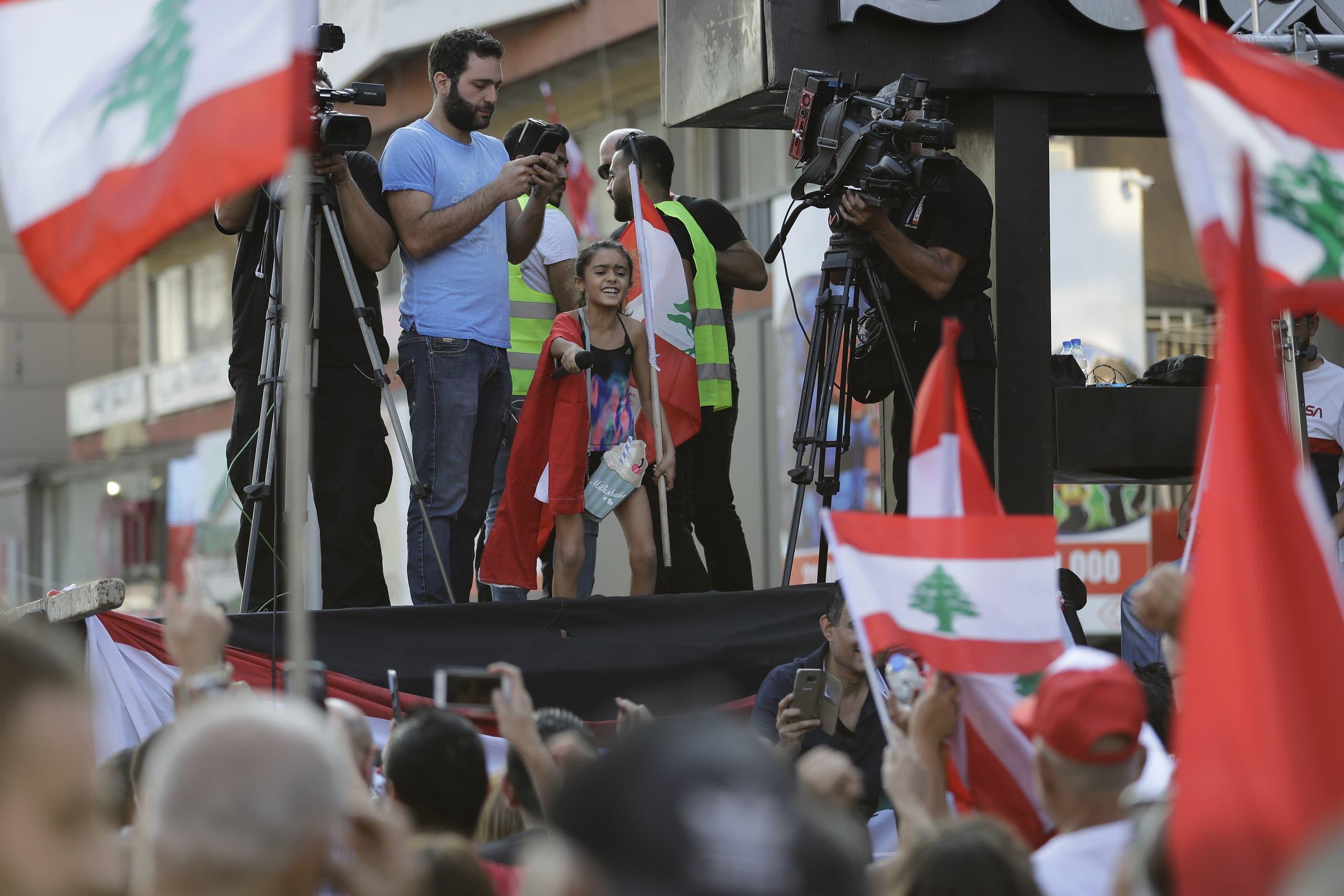 طفلة تصرخ ضد الحكام على منصة ضمن احتجاجات بيروت