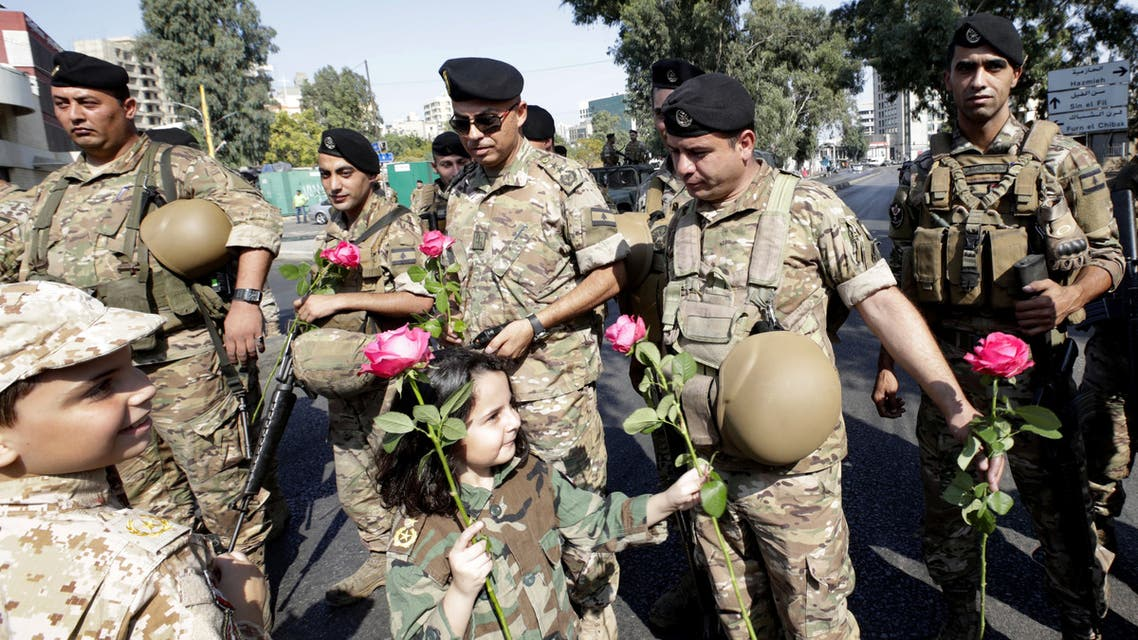 أطفال يوزعون الورود على الجيش اللبناني لشكره على حماية المتظاهرين
