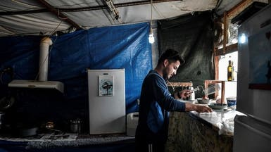 اليونان تنقل مهاجرين إلى البر الرئيسي وتحذر القادمين