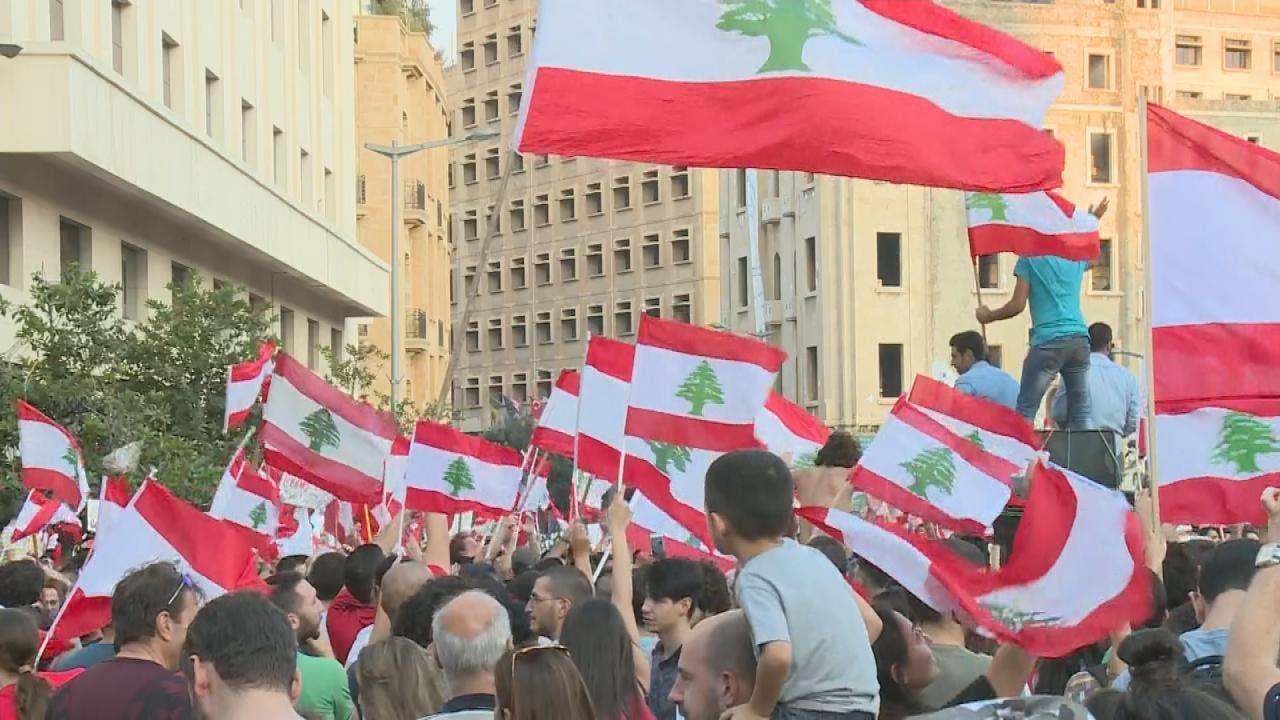 لبنانی فوج مظاہرین کے ساتھ مل کر نعرے لگا رہی ہے