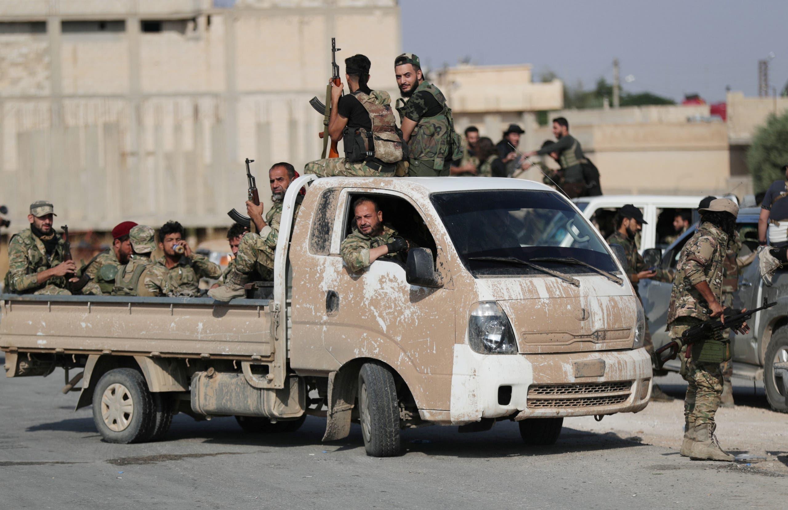 مقاتلون من المعارضة السورية المدعومة من تركيا قرب مدينة تل أبيض الحدودية في سوريا يوم الثلاثاء - رويترز