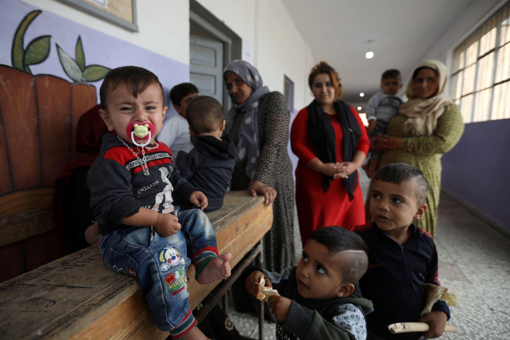 نساء وأطفال في إحدى مدارس شمال سوريا