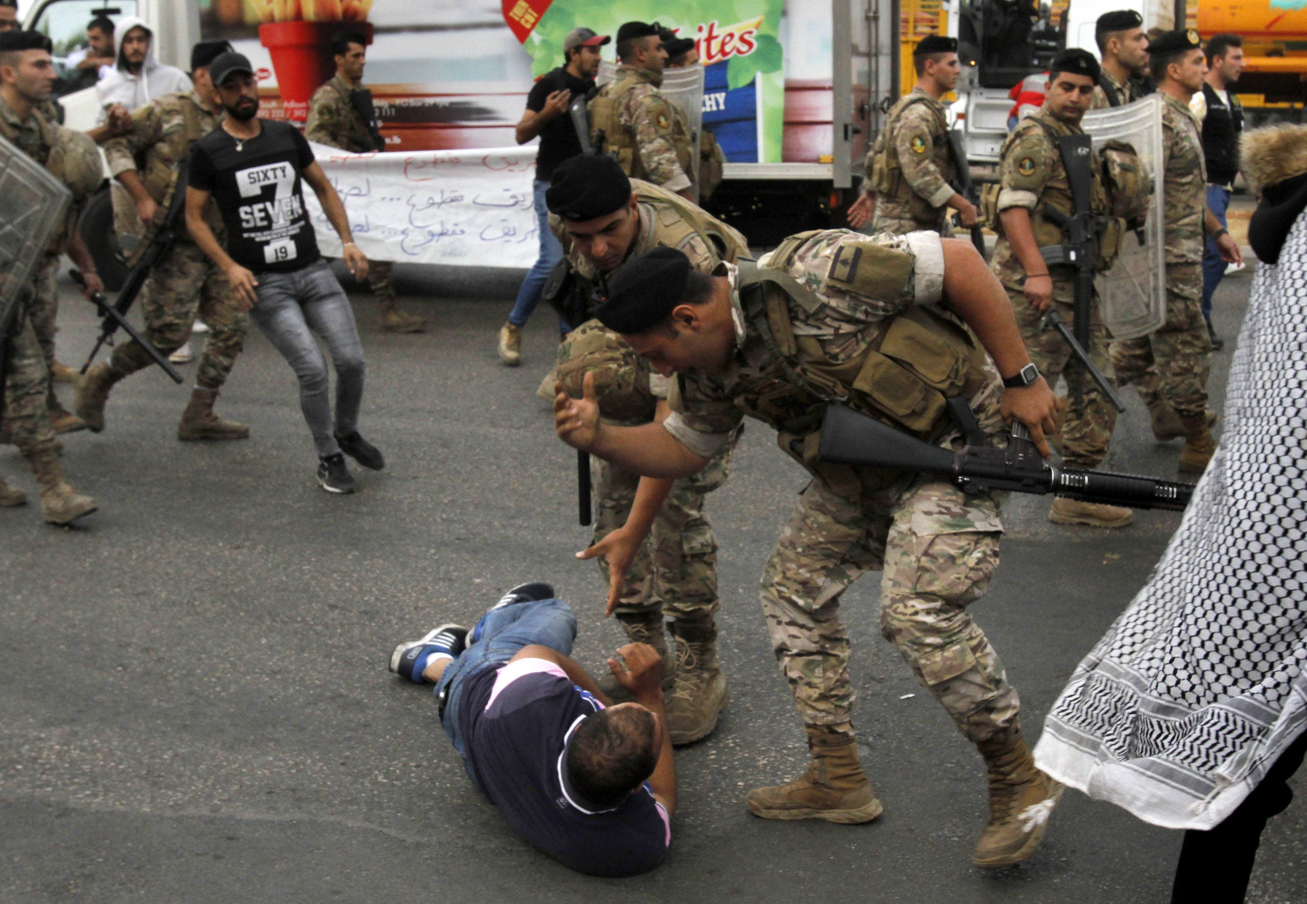 عناصر من الجيش اللبناني يوقفون أحد المحتجين في صيدا  (23 أكتوبر- فرانس برس)