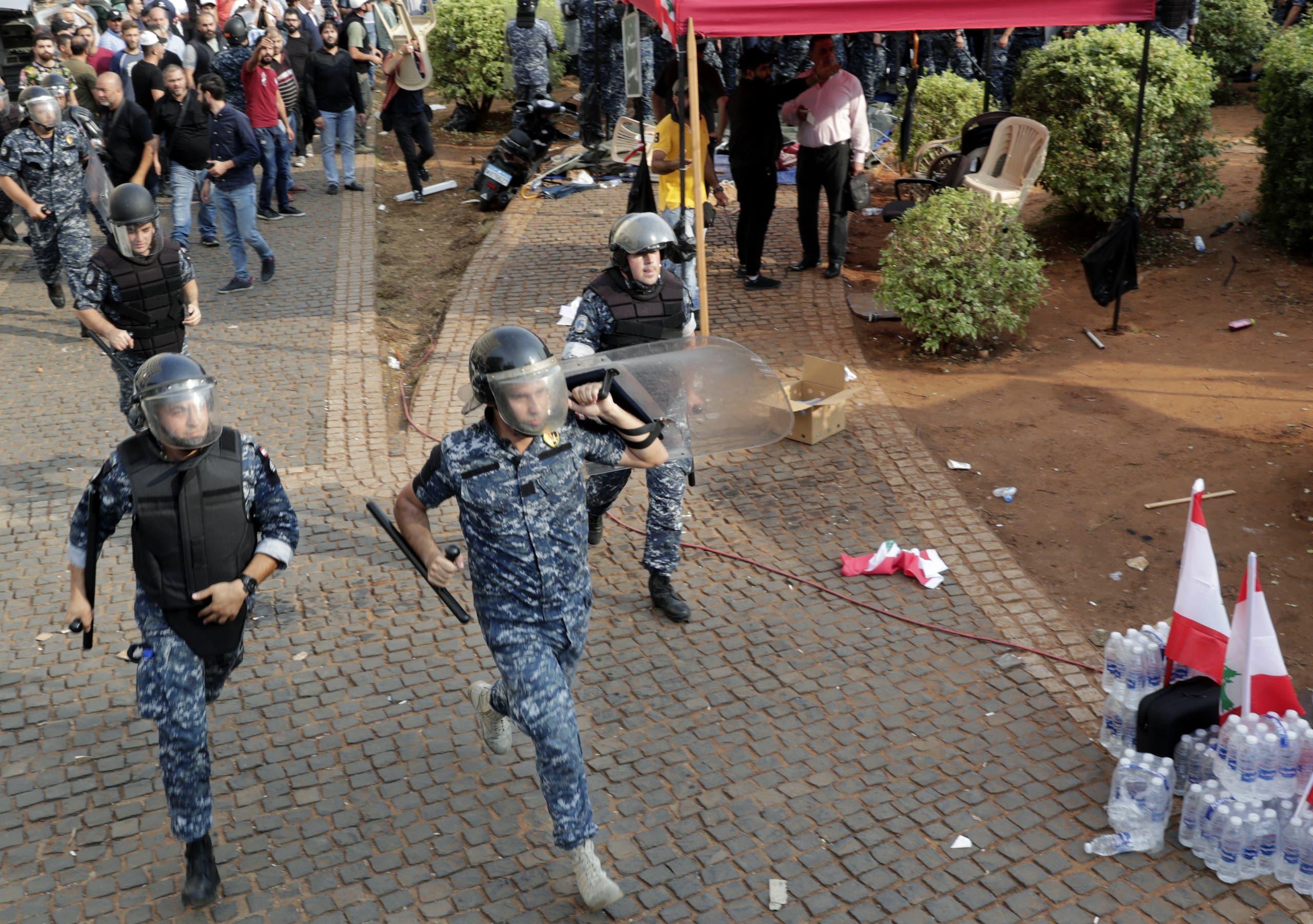 قوات الأمن تلاحق مناصري حزب الله المثيرين للشغب خلال تظاهرات رياض الصلح في بيروت اليوم