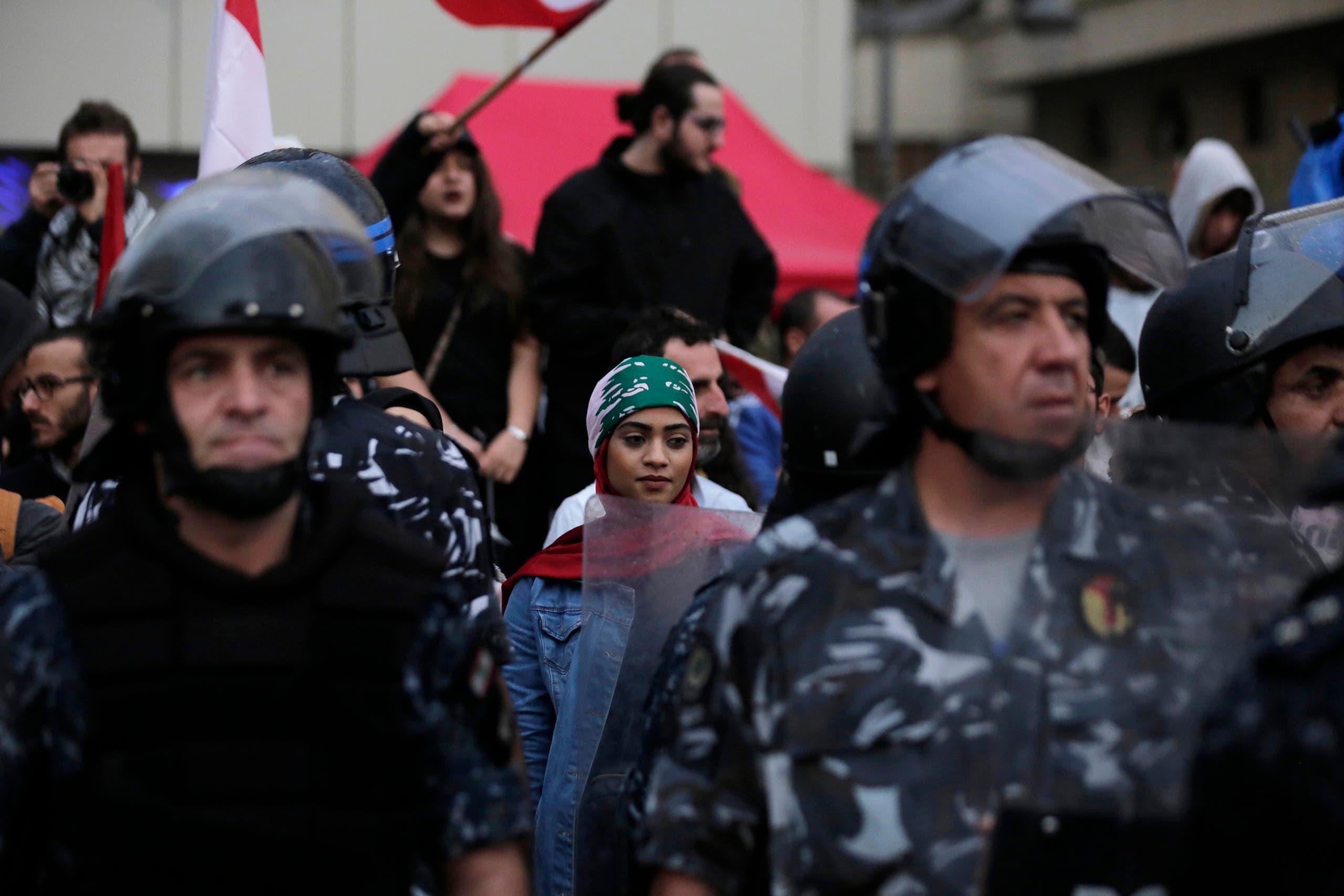وسط بيروت قوات الأمن تحمي النتظاهرين