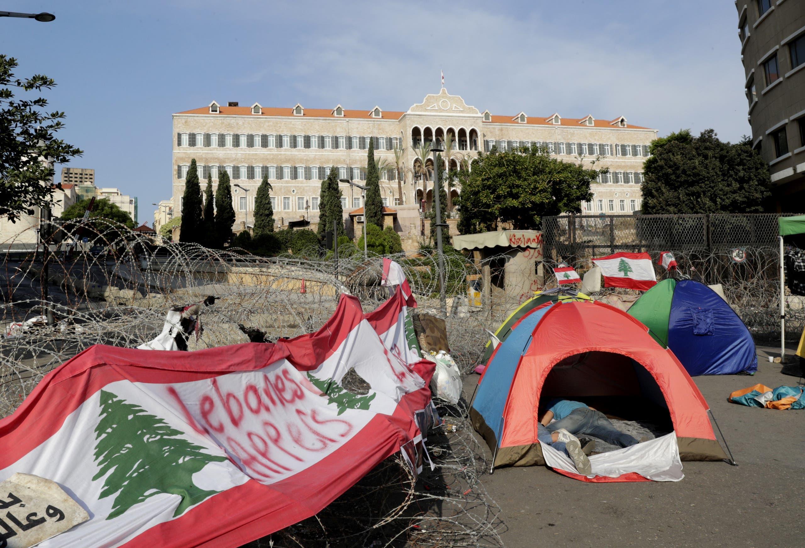 خيم المحتجين الذين باتوا ليلتهم في ساحة الاعتصام قبالة السراي الحكومي في بيروت