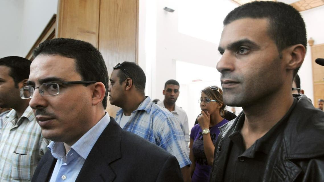 Taoufik Bouachrine, (L) director of the Moroccan Akhbar Al Youm newspaper and caricaturist Khalid Gueddar arrive at the court in Casablanca on October 23, 2009. (AFP)