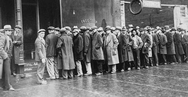 صورة لعدد من العاطلين عن العمل بأميركا أثناء بحثهم عن طعام مجاني