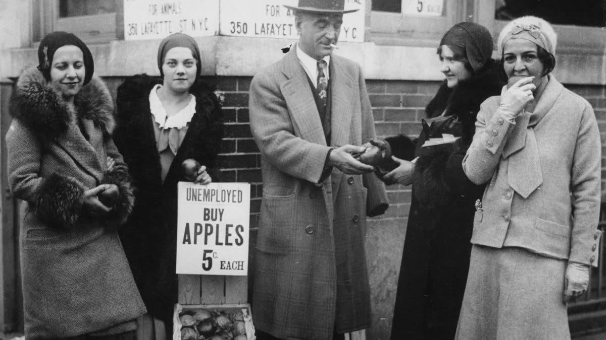 صورة لأحدبائعي التفاح المتجولين بأميركا خلال القرن الماضي