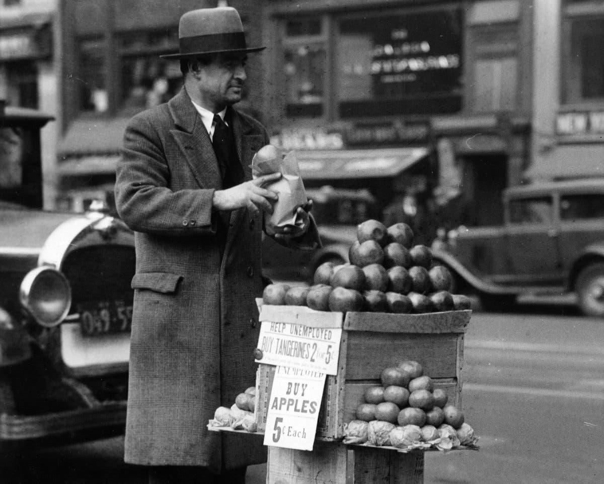 صورة لرجل لجأ لبيع التفاح مقابل 5 سنتات خلال فترة الكساد العظيم