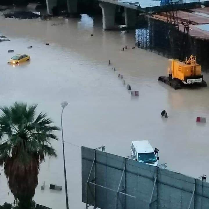 شاهد.. سيارات تسبح في تونس