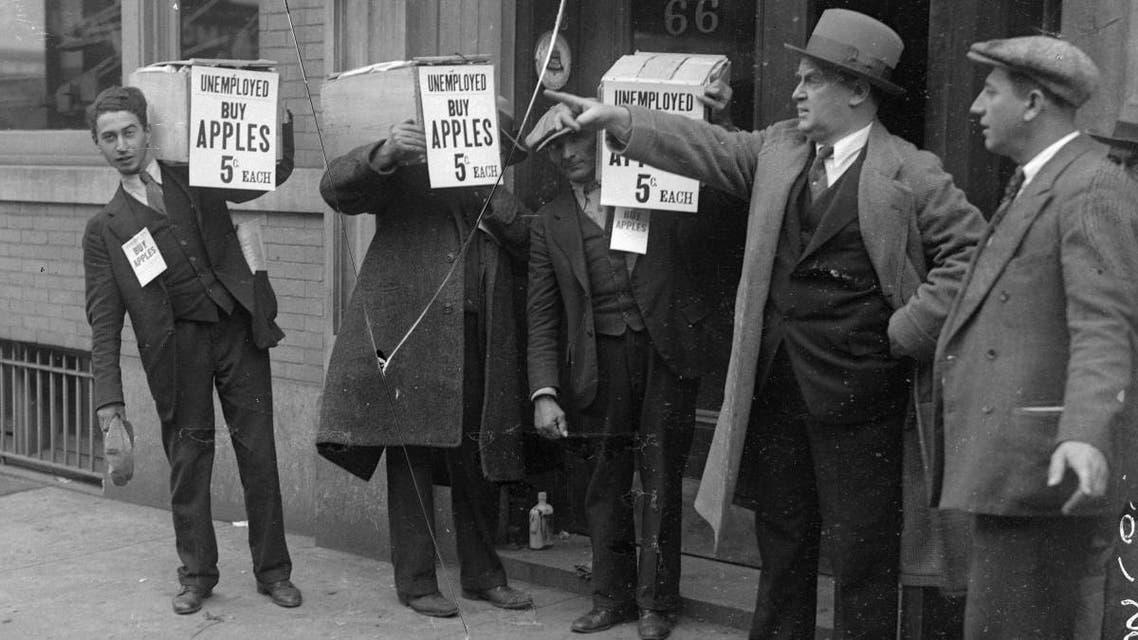 صورة لعدد من العاطلين عن العمل الذين امتهنوا بيع التفاح خلال أزمة الكساد العظيم