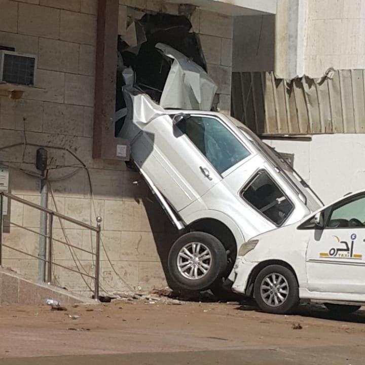 شاهد أغرب حادث.. سيارة تقتحم منزلاً في جدة