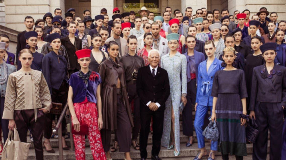 جورجيو أرماني يتوسط عارضاته في ختام عرض مجموعة رحلات 2020