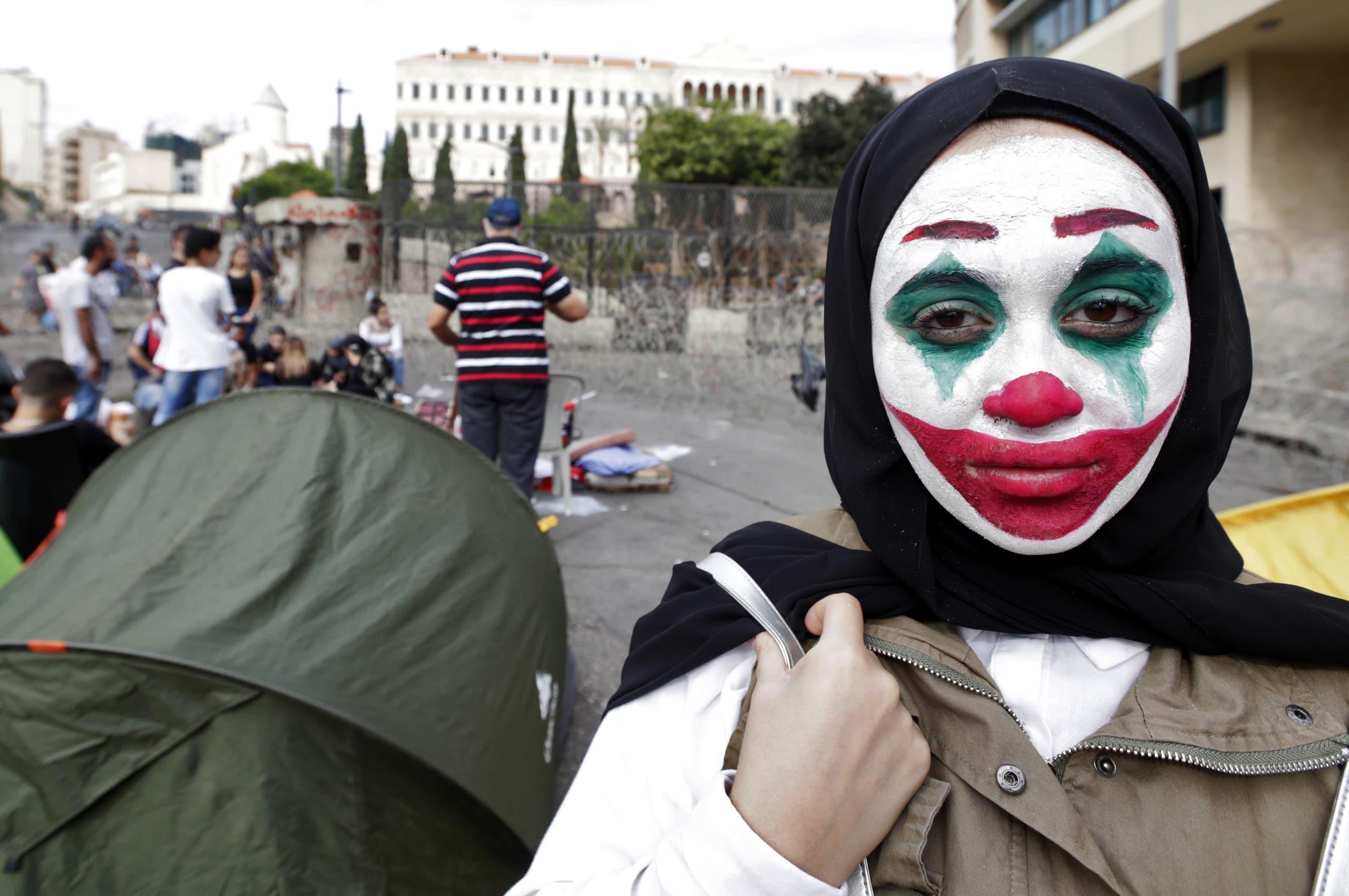 """متظاهرة لبنانية ترتدي قناع """"الجوكر"""""""