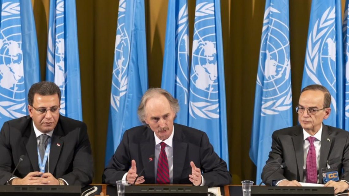 المبعوث الدولي الخاص إلى سوريا غير بيدرسون متوسّطاً رئيس وفد المعارضة السورية هادي البحرة (إلى اليمين) ورئيس وفد النظام  أحمد الكزبري (أ.ب.)