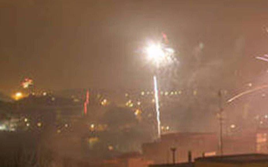 الألعاب النارية في سماء البلدة