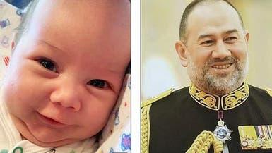 كي تؤكد شبهه بوالده.. طليقة ملك ماليزيا تنشر صورا للطفل